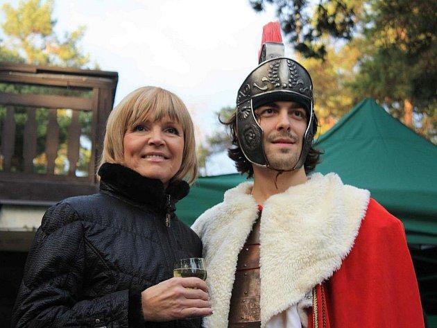 Svatý Martin přijel do Třech Studní. S ním i zpěvačka Věra Martinová.