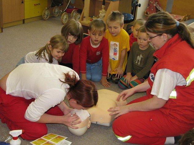 Nejen dýchání z úst do úst, ale i masáž srdce, ošetření zlomenin, odřenin nebo volání na krizové linky se učí děti ze žďárské mateřské školy Vysočánek.