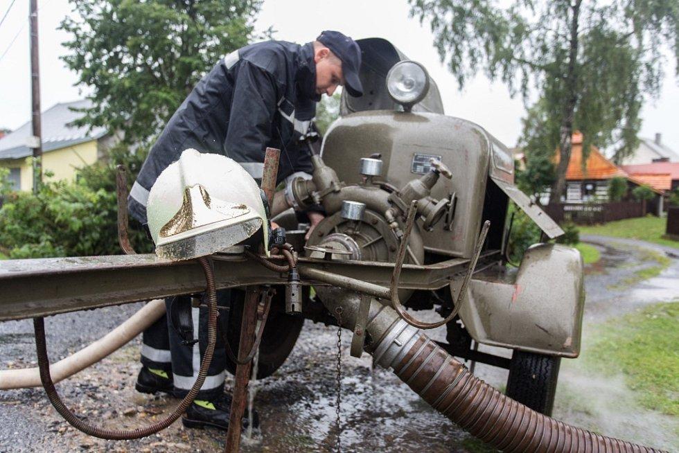 Svratka se rozvodnila po vydatném dešti 3. srpna v Herálci na Žďársku. Na snímku je odčerpávací zařízení.