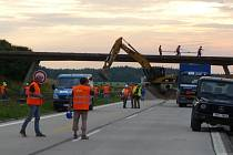 Demolice nadjezdu u Velké Bíteše začala bezprostředně po uzavření dálnice D1 v pátek ve 20 hodin. Nejprve se rozprostírala ochranná vrstva.