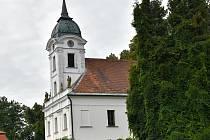 Kostel Nalezení svatého Kříže v Moravci byl původně zámeckou kaplí.