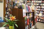 Malý obchůdek v centru Žďáru nenabízí návštěvníkům jen knihy.