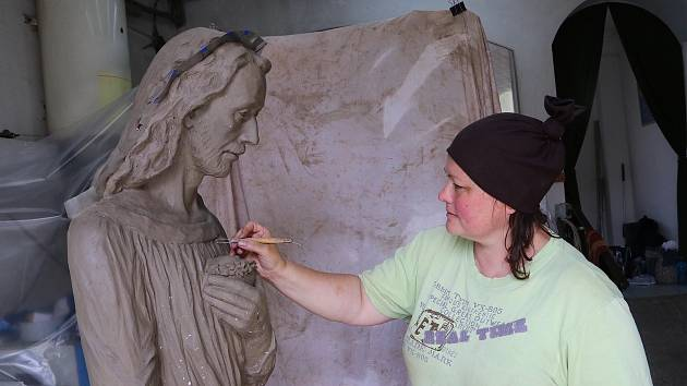 Moravecká sochařka Mirka Špačková tvoří sochy v životní velikosti. V Radostíně nad Oslavou.