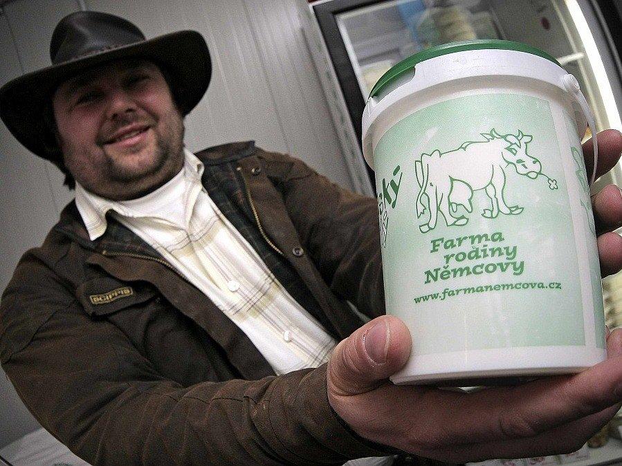 Nový provoz na zpracování mléka otevřeli na farmě Němcových v Netíně na Žďársku. Na jogurty, tvaroh a sýry se zde nyní zatím denně zpracovává pět set až osm set litrů mléka.
