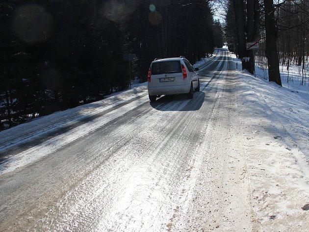 Silnice mezi Svratkou a Žďárem bývá v zimě zejména v lesních úsecích pokrytá vrstvou ledu.