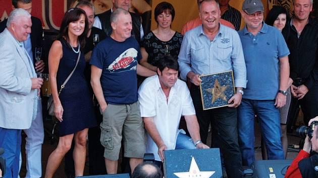 Další dvě hvězdy přibyly na chodník slávy před Restaurací U Raušů ve Velké Bíteši. Získali je hokejista Černík a skupina Elán.