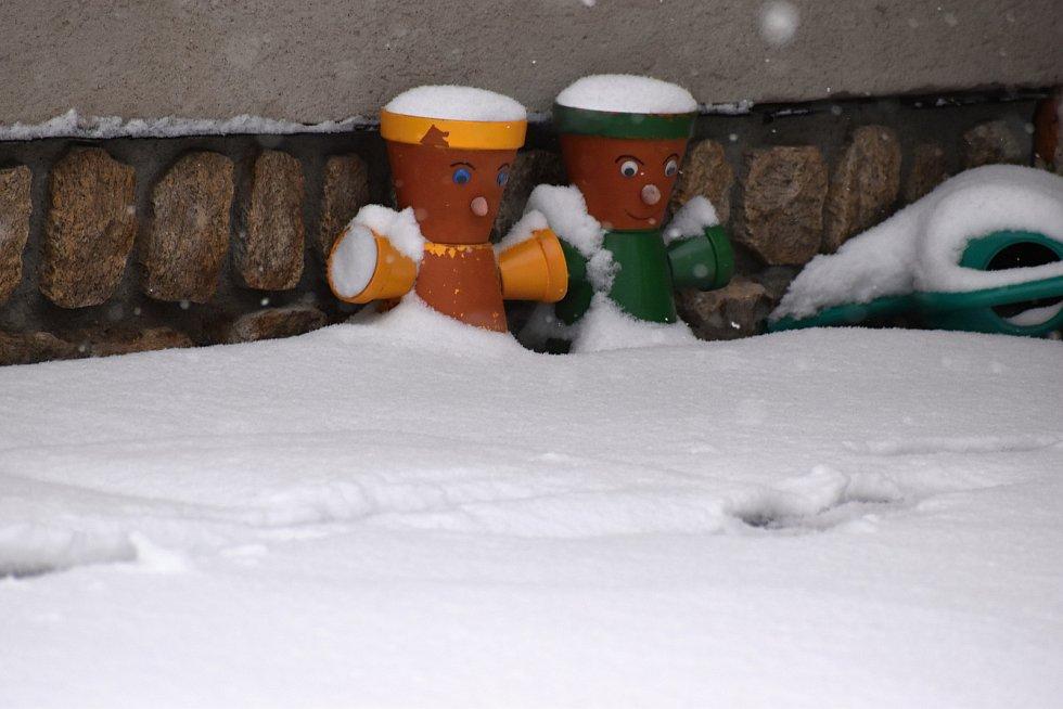 V úterý ráno se lidé probouzeli do bílé zimy.