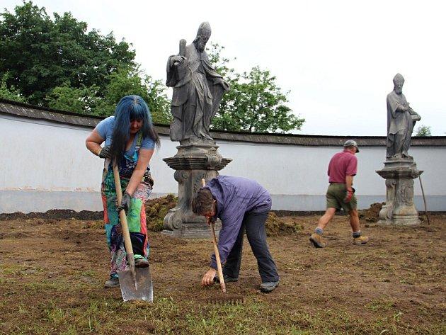 Skupina sedmi dobrovolníků z Velké Británie tráví týden ve Žďáře nad Sázavou. Společně s lidmi z okolí pracuje na obnově Santiniho Dolního hřbitova.