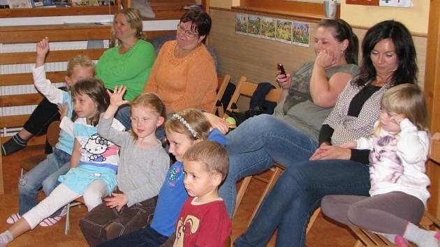 V pondělí odpoledne děti v Rodinném centru Srdíčko ve Žďáře nad Sázavou sledovaly pásmo tří pohádek divadelní společnosti Trdlohrátky Lenky Cackové.