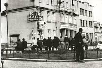 Tuto fotografii tajně vyfotil Alois Řehák. Zachycuje situaci, kdy obyvatelé Svratky na křižovatce na náměstí otáčejí směrové tabule. Chtěli zmást a zpomalit postup vojsk pěti socialistických zemí Varšavské smlouvy při invazi do Československa.