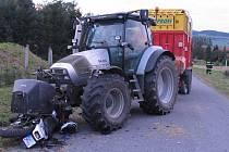 O víkendu havarovali motorkáři na Žďársku dvakrát. Nedělní nehodu nepřežil u Bíteše mladý muž (snímek s trávou). Kolize u Lísku s traktorem skončila středně těžkým zraněním.