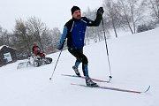 Josef Holemář uhlazuje cestičky běžkařům ve žďárském lyžařském regionu. Na upravené čtyřkolce teď tráví většinu času - tvůrci tratí využívají podmínek, jaké počasí běžkařům na Žďársku už několik let nenabídlo.