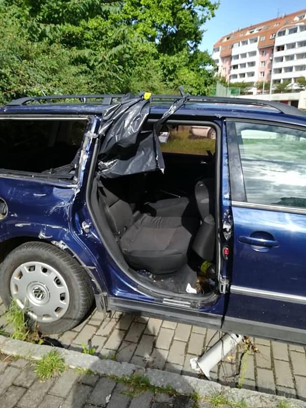 Už 2 roky straší autovrak v Pavlovské ulici v brněnských Kohoutovicích. Kolem jsou střepy. Je to nebezpečné hlavně pro děti. Navíc zabírá parkovací místo. Foto: Draha Hořil, Facebook