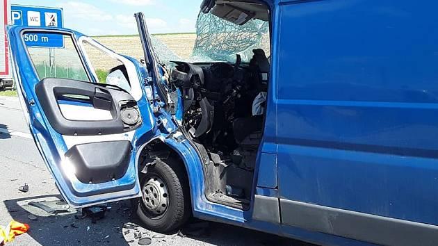 K dopravní nehodě na dálnici D1, při níž zůstala jedna osoba zaklíněná v autě, vyjeli hasiči, policisté i záchranáři.