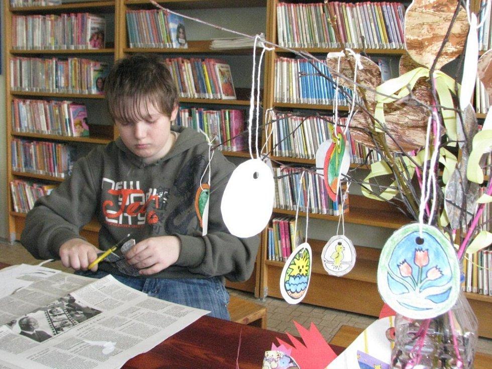 Někteří si v knihovně vyráběli velikonoční ozdoby.