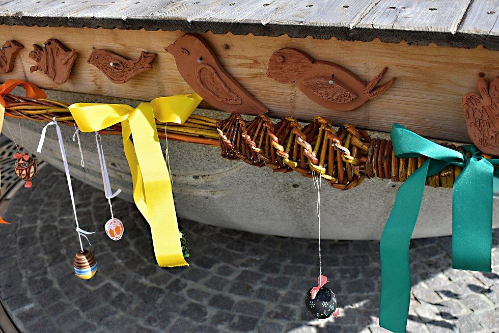Velikonočně nazdobená kašna na náměstí Republiky připomíná blížící se svátky jara.