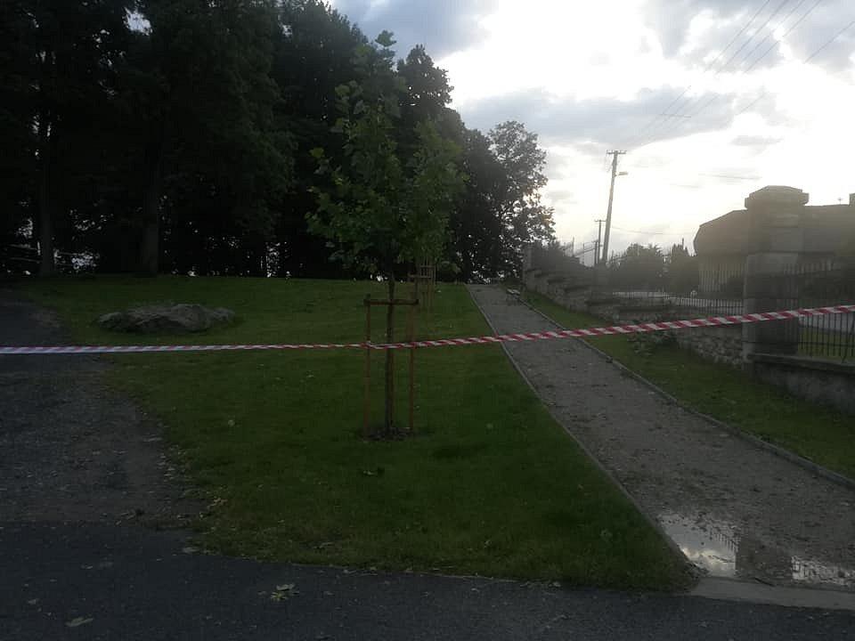 Páteční bouřka poničila i zámecký park ve Větrném Jeníkově.