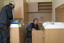 Řemeslníci v jednom z nových rodinných pokojů dokončovali montáž odpadu pod vestavěnou vaničkou. Pokoje budou rodičům k dispozici od začátku května.