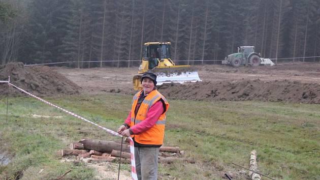 Lokalitu u Vysočina Areny obsadili po dřevorubcích dělníci s těžkou technikou.