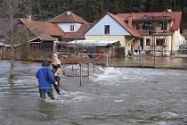 Obyvatelé Velkého Meziříčí a některých jeho místních částí volají po úpravách řek Oslavy a Balinky roky. Aby se jim při záplavách nedostávala voda do domů mají zabránit i hráze.