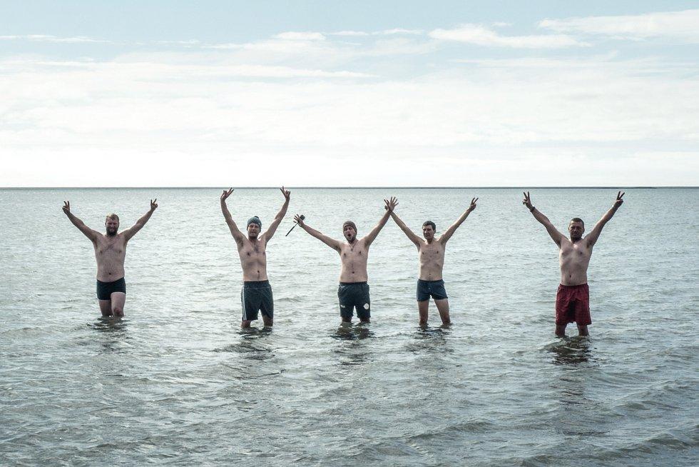 """Vzduch 8 °C, voda 9 °C. """"V jedné z nejsevernějších částí Atlantského oceánu jsme si ale zaplavat museli,"""" komentují členové výpravy tohle """"plážové"""" foto."""