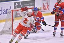 V posledním kole se hokejisté Žďáru (v bílém) představí na ledě českobudějovického David Servisu. Právě tento celek přitom může být čtvrtfinálovým soupeřem Plamenů v nadcházejícím play-off.