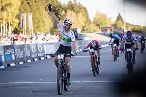 Vítěz závodu Henrique Avancini ve SP kategorie můžů Elite v cross country horských kol v Novém Městě na Moravě.