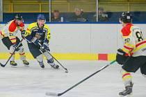 Hokejisté Velké Bíteše (v modrém) na favorizované Velké Meziříčí nestačili.