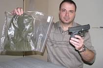MAJÍ JE. Komisař Radek Uhlíř ze Žďáru nad Sázavou ukazuje atrapu zbraně a kuklu, které lupiči při svých přepadeních používali.