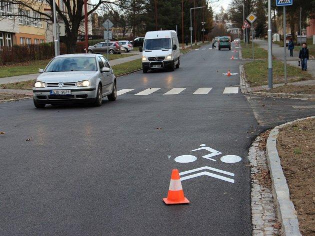 Zrekonstruovanou silnici ve žďárské ulici Neumannova už mohou užívat všichni motoristé.
