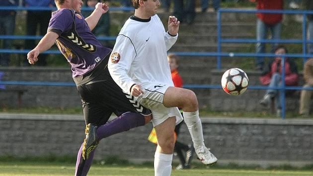 Fotbalisté Vrchoviny se v poslední době potýkají s marodkou v obraně. V zápase se už v prvním poločase zranil Aleš Burian. Nahradit ho musel ve stoperské dvojici střídající Ondřej Poul (na snímku ve fialovém).