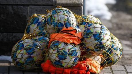 Fotbalové míče nyní budou moci po nějakou dobu odpočívat.