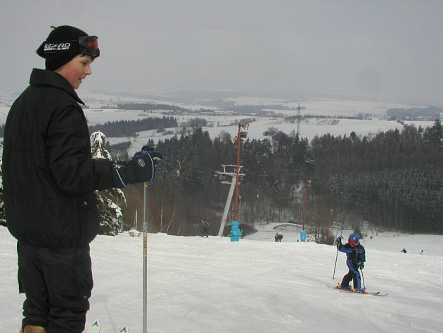 O zasněžené sezoně si správci sjezdovky na Fajtově kopci mohli letos jen zdát. Aspoň dluhy platit nemusí.