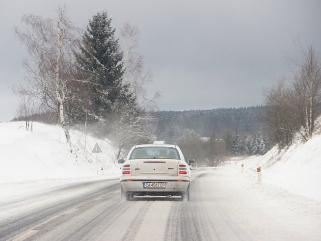 Zasněžená silnice u Škrdlovic.