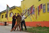 Petr, Lukáš a Matěj Podaní se svými obřími pomlázkami.