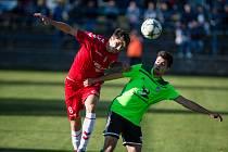 Na rychlonohého útočníka třetiligových fotbalistů Nového Města na Moravě Tomáše Dubu (v zeleném dresu) si dávají obrany protivníků pokaždé velký pozor.