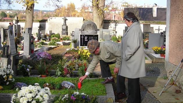 Hřbitovy se oděly do záplavy květin