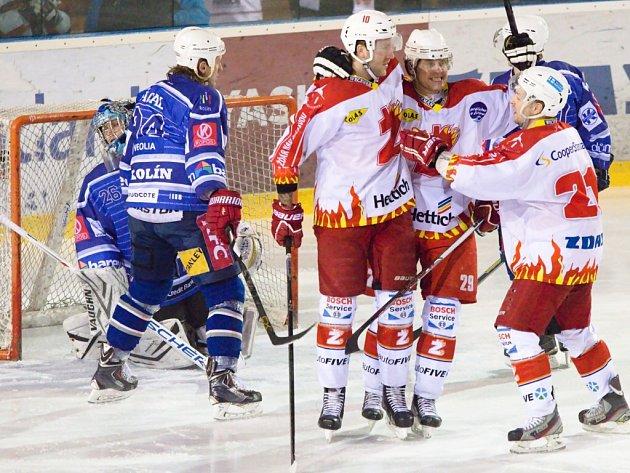 Proti Kolínu se radovala elitní formace Plamenů ve složení zleva Petr Štěpánek, Michal Kaňka a Luboš Kunstmüller celkem čtyřikrát a položila základ k ne úplně očekáváné výhře 5:2.