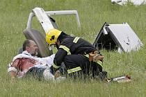 """Ačkoliv se jednalo jenom o cvičení, hasiči, zdravotníci i policisté museli při leteckém neštěstí jednat jako v """"ostré"""" akci. Jejich práci navíc sledovali všudypřítomní rozhodčí."""
