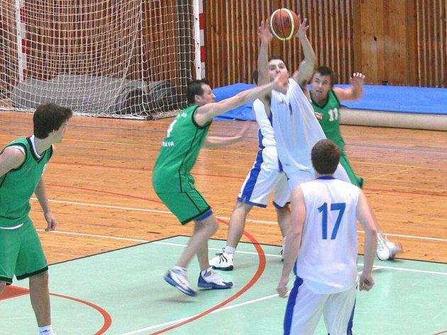 Basketbalisté Žďáru (v bílém) jsou k neporažení.