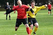 Fotbalisté Bohdalova (ve žlutém) v neděli nasázeli béčku Velké Bíteše sedm branek.