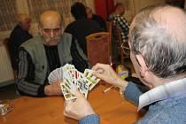 V Kamenici u Jihlavy se v sobotu sešli mariášoví přeborníci z celé Vysočiny, převážně ale z Jihlavska. Necelá padesátka mužů si letos naposledy zahrála mariášový turnaj trojic.