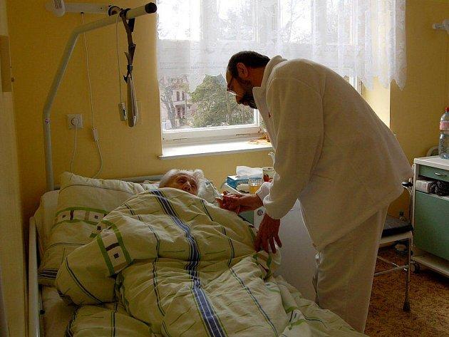 Paliativní péče zabezpečuje, aby pacient netrpěl bolestí.
