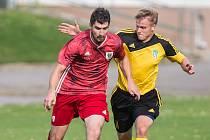 Fotbalisté Bystřice nad Pernštejnem (v červeném) v sobotu nestačili na ždírecký Tatran (ve žlutočerném), jemuž před domácím publikem podlehli 0:2.