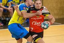 Střední spojka házenkářů Nového Veselí Martin Kocich (v červeném dresu) nehodlá omlouvat slabší výsledky svého celku nízkým věkovým průměrem týmu.