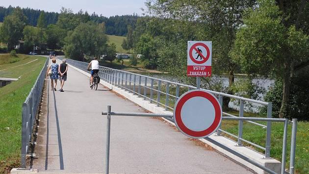 Cesta je pro chodce oficiálně uzavřena.