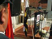 Na čtyřicet uniformovaných hasičů a hasiček z okrsku Heřmanov vpochodovalo za vedení šesti hasičských praporů v neděli 14. května 2017 na náves v obci Březské, kde před kaplí zasvěcené Nanebevzetí Panny Marie byla obětována mše svatá za hasiče okrsku.