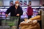Nakupování v době hrozící nákazy koronavirem,  ilustrační foto.