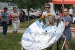 Jak lze využít sluneční energii v praxi ukázali v pondělí dopoledne kolemjdoucím studenti Vyšší odborné školy a Střední odborné školy ve Žďáře nad Sázavou.