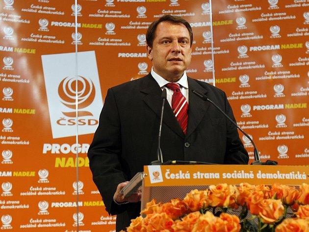 V Lidovém domě v Praze sleduje výsledky voleb kandidátka do Senátu za Žďársko Dagmar Zvěřinová. Jiří Paroubek krátce po skončení hlasování vystoupil před novináře s poděkováním voličům.